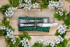 Vork en mes die op een houten achtergrond onder de takken o liggen Royalty-vrije Stock Foto