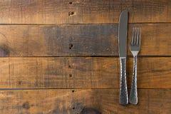 Vork en mes op hout Stock Afbeeldingen