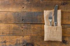 Vork en mes in servet Stock Afbeelding