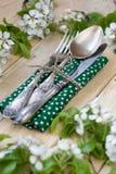 Vork, lepel en mes die op een houten achtergrond onder de bustehouder liggen Royalty-vrije Stock Foto