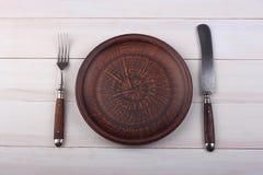 Vork, messen en dinerplaat op een licht hout Royalty-vrije Stock Afbeelding