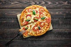Vork op plakpizza Hoogste mening van pizza Royalty-vrije Stock Fotografie