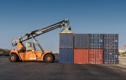 Vorkheftruck die de containersdoos behandelen stock afbeeldingen