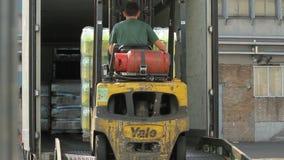 Vorkheftruck die een vrachtwagen laden stock footage