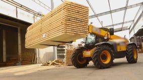 Vorkheftruck in een fabriek, vorkheftrucktransporten raad in een fabriek Machines bij de houtbewerkingsinstallatie stock footage