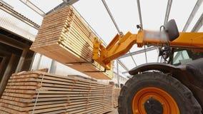 Vorkheftruck in een fabriek, vorkheftrucktransporten raad in een fabriek Machines bij de houtbewerkingsinstallatie stock videobeelden
