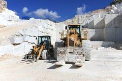 Vorkheftruck in een marmeren steengroeve van Carrara, Italië Stock Afbeeldingen