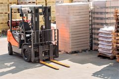 Vorkheftrucks voor het bewegen van goederen in pakhuizen stock afbeeldingen