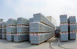 Vorkheftrucks in voorraad concrete blokken in openlucht Royalty-vrije Stock Afbeelding