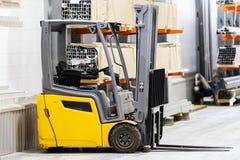 Vorkheftruckvoorraad logistiek Het verzenden van goederen opslag Vervoer van goederen Kartondozen stock afbeeldingen