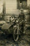 Vorlage 1919 antike Fotomänner auf Fahrrad Lizenzfreie Stockfotografie