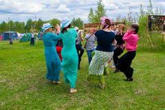 Vorlagen- Klasse in Frauen ` s Rundschreiben tanzt am Himmel und Erdeeth Stockbilder