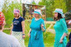 Vorlagen- Klasse in Frauen ` s Rundschreiben tanzt am Himmel und Erdeeth Lizenzfreie Stockfotos
