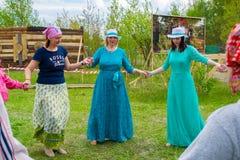 Vorlagen- Klasse in Frauen ` s Rundschreiben tanzt am Himmel und Erdeeth Stockfoto