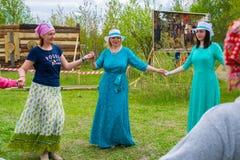 Vorlagen- Klasse in Frauen ` s Rundschreiben tanzt am Himmel und Erdeeth Lizenzfreies Stockbild