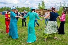 Vorlagen- Klasse in Frauen ` s Rundschreiben tanzt am Himmel und Erdeeth Lizenzfreie Stockbilder