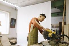 Vorlagenarbeiten als Kreissäge in der Zimmereiwerkstatt stockfotografie