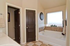 Vorlagenbadezimmer im modernen Haus Lizenzfreie Stockfotografie