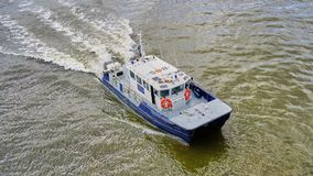 Vorlagenbootsgeschwindigkeiten Londons Port Authority Habor hinunter die Themse lizenzfreies stockfoto