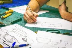 Vorlagenherstellungsskizzen und Werkstück der ledernen Werkstatt Stockfoto