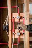 Vorlagenklempner benutzt Zangen, um eine Installation zu quetschverbinden lizenzfreie stockbilder