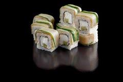 Vorlagensatz Sushi mit Aal, Gurke, Avocado und Philadelphia-Käse auf einer schwarzen Hintergrundnahaufnahme Lizenzfreies Stockfoto