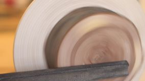 Vorlagenschärfen auf einem Drehbankholz stock footage