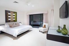 Vorlagenschlafzimmer in der Luxuxvilla Stockbilder