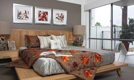 Vorlagenschlafzimmer in der modernen Stadtwohnung Stockfotografie