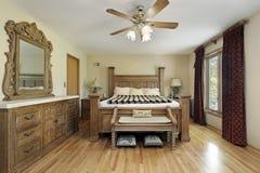 Vorlagenschlafzimmer mit Eichenholzmöbeln Stockfotos