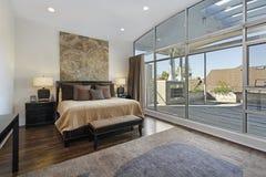 Vorlagenschlafzimmer mit großer Plattform lizenzfreie stockfotografie