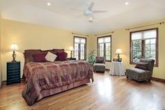 Vorlagenschlafzimmer mit hölzernen Ordnungsfenstern Stockfotografie