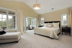 Vorlagenschlafzimmer mit Sitzenraum Stockbilder