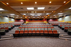 Vorlesungssal mit bunten Stühlen Stockfoto