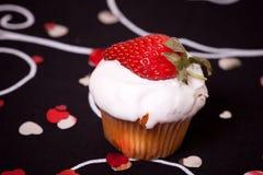 Vorm cake met aardbei tot een kom Stock Afbeelding
