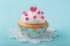 Vorm cake tot een kom Royalty-vrije Stock Foto's