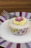 Vorm cake tot een kom Stock Foto's