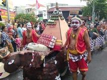 vorm cijfers van gareng en petruk bij eventcommemorate de onafhankelijkheid van Indonesië op weg slamet riyadi solo 2017 stock foto