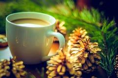 Vorm een koffie tot een kom Stock Afbeeldingen