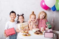 Vorm kleine kinderen die Verjaardags van partij genieten royalty-vrije stock afbeeldingen