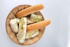 Vorm op brood in de mand Het beste vóór datum is lang geleden met dit beschimmelde voedsel verlopen Geïsoleerde achtergrond royalty-vrije stock foto