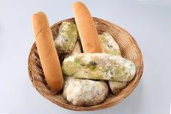 Vorm op brood in de mand Het beste vóór datum is lang geleden met dit beschimmelde voedsel verlopen Geïsoleerde achtergrond stock afbeeldingen