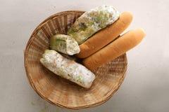 Vorm op brood in de mand Het beste vóór datum is lang geleden met dit beschimmelde voedsel verlopen Geïsoleerde achtergrond stock fotografie