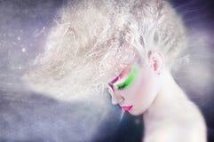 Vorm schoonheidsvrouw met kleurrijke make-up en creatief kapsel Stock Foto's