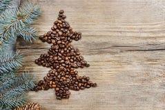 Vorm van Kerstmisboom van koffiebonen die wordt gemaakt Stock Afbeeldingen