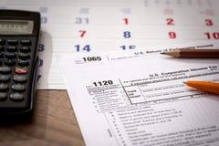 Vorm 1120 Vennootschapsbelastingterugkeer met Kalender, Calculator Stock Foto's