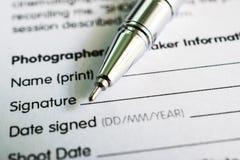 Vorm voor handtekening met pen Royalty-vrije Stock Foto's