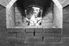 Vorm voor inschrijving op het achtergrond Russisch fornuis en branden van het berkbrandhout Royalty-vrije Stock Fotografie