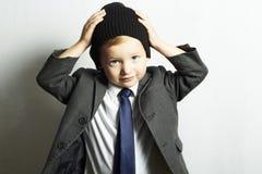 Vorm weinig jongen in tie.stylish-jong geitje. vorm children.suit Stock Afbeelding