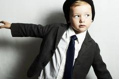 Vorm weinig jongen in tie.stylish-jong geitje. vorm children.suit Stock Afbeeldingen